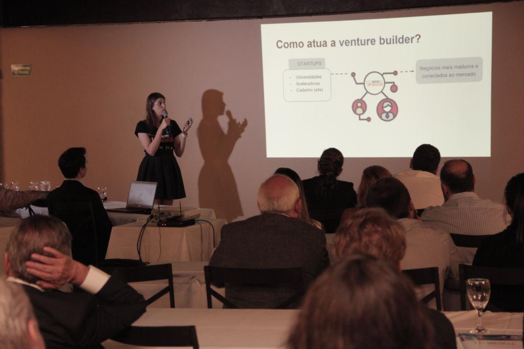 Foto: Patrícia Macedo, COO da Construtech Innovation, apresentando o projeto durante o evento de lançamento.